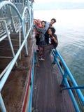 Amis et bateau Image libre de droits