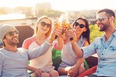 Amis et bière Image stock