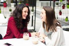 Amis et café riants Photographie stock libre de droits