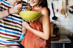 Amis et couples dinant la pousse de concept Photo libre de droits
