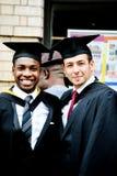 Amis et diplômés fiers Photo stock