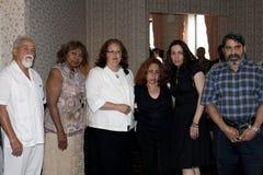 Amis et famille à l'enterrement de Yomo Toro Photos stock