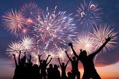 Amis et feux d'artifice heureux Photo stock