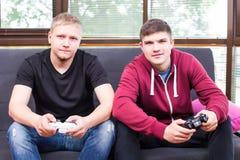 Amis et jeux vidéo Photos stock