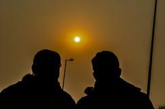 Amis et la soirée Sun Photo stock