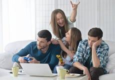 Amis et ordinateur portable heureux Images stock