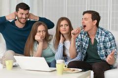 Amis et ordinateur portable heureux Photos libres de droits