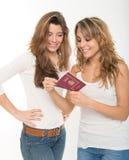 Amis et passeport heureux Photographie stock libre de droits