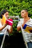 Amis ethniques discutant la littérature Photographie stock libre de droits