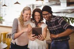 Amis ethniques multi gais prenant le selfie du comprimé numérique au café Images libres de droits
