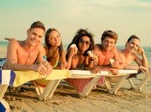 Amis ethniques multi sur une plage Photos libres de droits