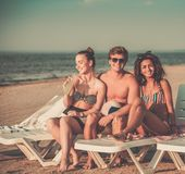 Amis ethniques multi sur une plage Photos stock