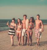 Amis ethniques multi sur une plage Photo libre de droits