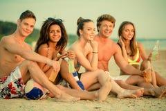Amis ethniques multi sur une plage Images libres de droits