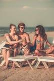 Amis ethniques multi sur une plage Image stock