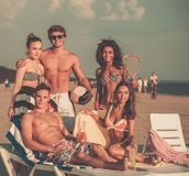 Amis ethniques multi sur une plage Image libre de droits