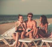 Amis ethniques multi sur une plage Photographie stock