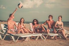 Amis ethniques multi une plage Photo libre de droits