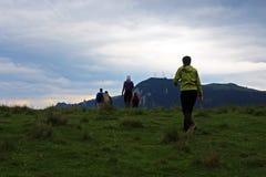 Amis explorant des montagnes de Rarau en Roumanie Photos stock