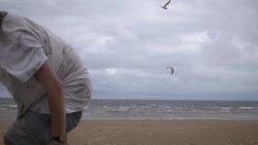 Amis extrêmes de sportifs marchant vers l'appareil-photo au bord de mer clips vidéos