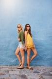 Amis féminins à la mode dans des équipements élégants Image libre de droits
