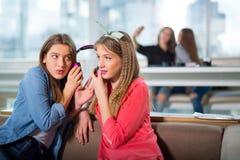 Amis féminins écoutant la musique ensemble Photographie stock