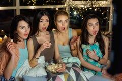 Amis féminins étonnants amusant avec la TV Photographie stock
