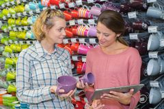 2 amis féminins achetant le cookware au magasin Photographie stock libre de droits