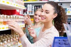 Amis féminins achetant le parfum Photo libre de droits