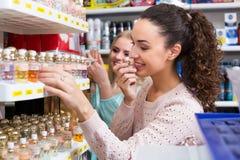 Amis féminins achetant le parfum Photographie stock libre de droits