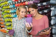 Amis féminins achetant les articles en céramique dans la boutique Photographie stock