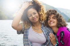Amis féminins affectueux Photographie stock libre de droits