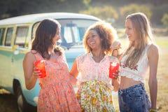 Amis féminins agissant l'un sur l'autre les uns avec les autres en parc Photo libre de droits