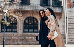 Amis féminins allant chercher l'achat Photographie stock