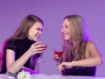 Amis féminins appréciant des cocktails dans une boîte de nuit Images stock