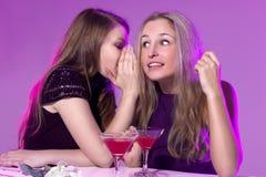 Amis féminins appréciant des cocktails dans une boîte de nuit Image libre de droits
