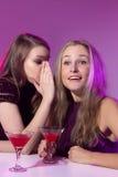 Amis féminins appréciant des cocktails dans une boîte de nuit Photo libre de droits