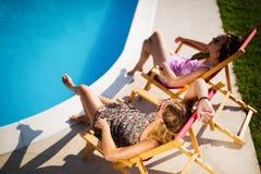 Amis féminins appréciant des vacances d'été Images libres de droits