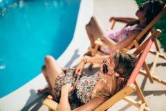 Amis féminins appréciant des vacances d'été Photo stock