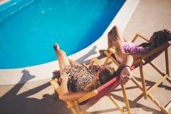 Amis féminins appréciant des vacances d'été Photo libre de droits