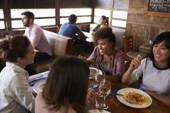 Amis féminins appréciant le déjeuner à un restaurant, vue élevée Images stock