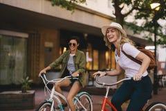 Amis féminins appréciant le tour de bicyclette Photo libre de droits