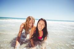 Amis féminins appréciant sur la plage Photos libres de droits