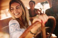 Amis féminins appréciant sur un voyage par la route Photographie stock