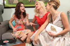 Amis féminins appréciant un jour à un salon de coiffure ensemble Photos libres de droits