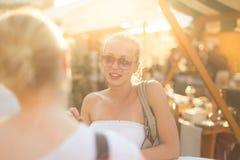 Amis féminins appréciant une conversation sur le marché Photographie stock