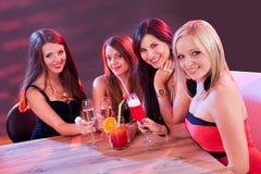 Amis féminins appréciant une nuit  Photographie stock libre de droits