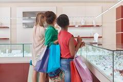 Amis féminins au magasin de bijoux Photo stock