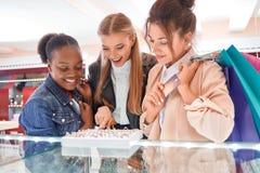 Amis féminins au magasin de bijoux Images libres de droits