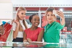 Amis féminins au magasin de bijoux Photos stock